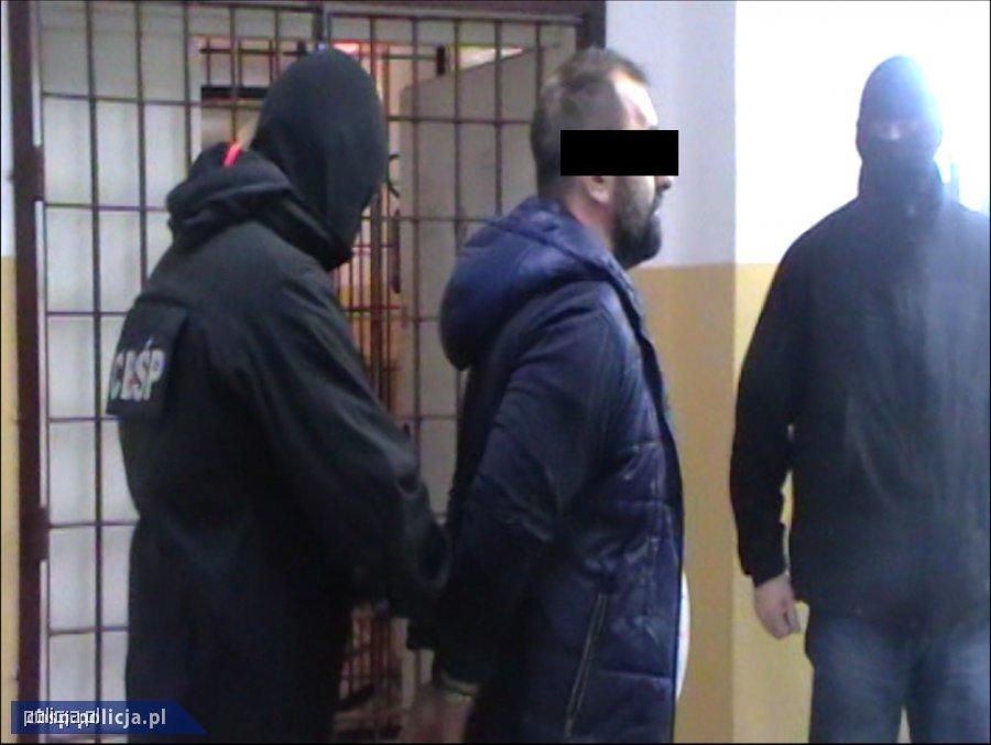 zatrzymany prowadzony przez policjantów