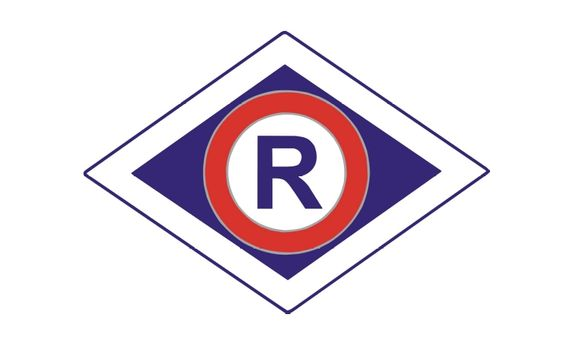 """Na obrazku logo Wydziału Ruchu Drogowego -Litera """"R"""" w rombie"""