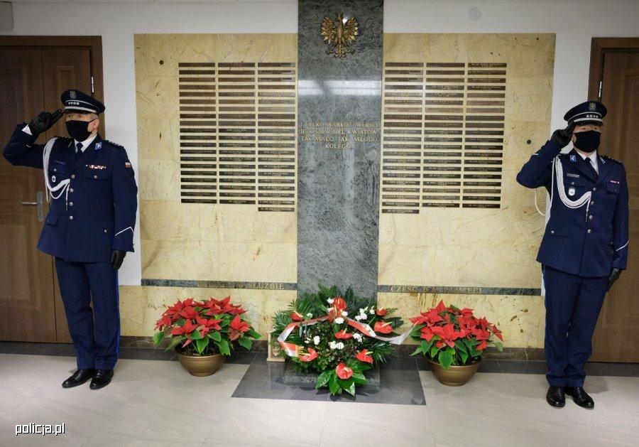 dwaj policjanci na warcie przy Tablicy Pamięci w Komendzie Głównej Policji