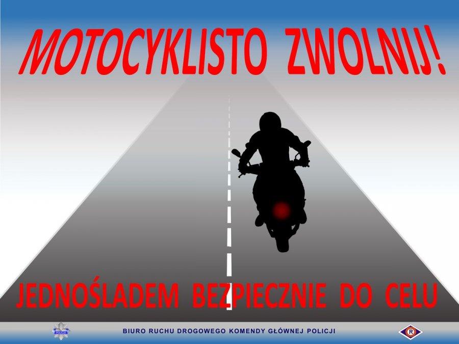 Motocyklista na jezdni, u góry napis: Motocyklisto zwolnij, poniżej jednośladem bezpiecznie do celu. U dołu grafiki napis: Biuro Ruchu Drogowego Komendy Głównej Policji oraz policyjna gwiazda i logo ruchu drogowego