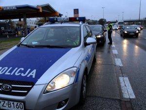 policjanci ruchu drogowego kontrolują kierowców