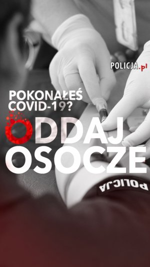 napis pokonałeś covid-19 oddaj osocze w tle ręka policjanta podczas pobierania krwi